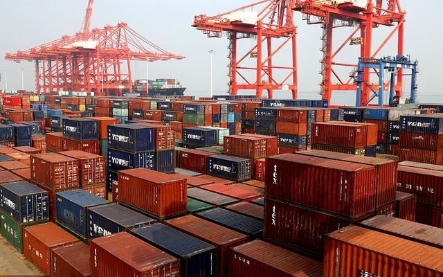 2019年9月8日,江苏连云港港集装箱码头装载进出口货物一派繁忙景象